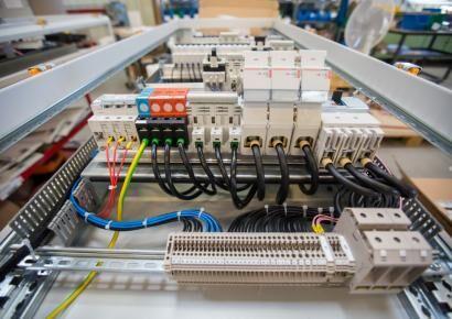 Sorozatgyártott kapcsolószekrények elektromos és mechanikus szerelése